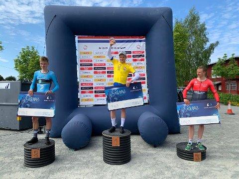 TOK SEIEREN: Øyvind Brekke Fløtten fra Ringerike Sykkelklubb vant klart i Norgescupen på sykkel i Stjørdal søndag. Her flankert av Jon Anders Bekken fra Tønsberg (til v.) og Asbjørn Fjellvåg fra Asker.
