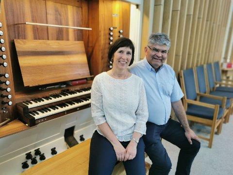 Kari Monsen Sødal og Stein Sødal på orgelkrakken i Hønefoss kirke