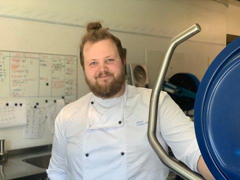 GJESTER: André Lønhaug Frandsen (24) skiller ikke mellom gjester på en restaurant og beboerne på sykehjemmet. – Ved mitt bord er alle gjester, sier faglederen på Skjervum.