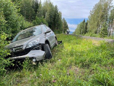 AV VEIEN: Personbilen kjørte av veien i 80-sonen i Ådal.