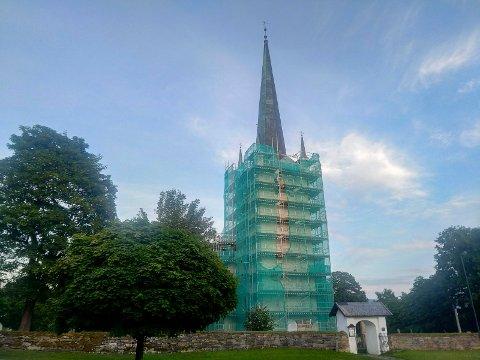 GRØNN KIRKE: Norderhov kirke fremstår i grønn drakt for tiden.