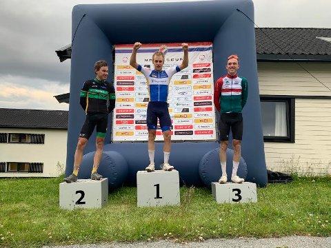 STOLT VINNER: Øyvind Brekke Fløtten fra Ringerike Sykkelklubb utklasset konkurrentene i Hallingdal. Ludvik Holstad (til venstre) og Andre Solberg.
