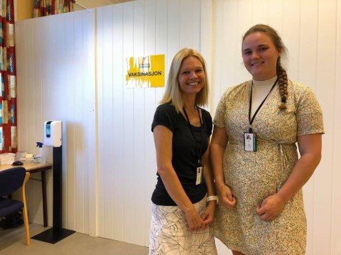 OPPFORDRER TIL VAKSINERING: Anette Prøsch Meier, Ida Møller og resten av vaksineteamet håper at alle prioriterer å vaksinere seg nå som smitten øker i distriktet.