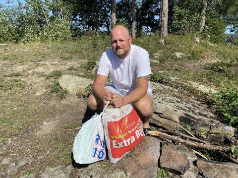 SØPPEL: Sondre Boym (39) og familien kom over store mengder søppel på den idylliske øya.