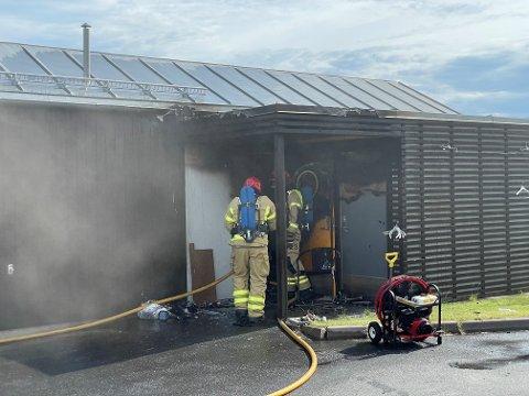 LITE HUS: Huset som brant fredag ettermiddag i Heradsbygda er lite. Det gjorde slukningsarbeidet greit. Huset er totalskadd etter brannen.
