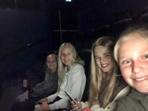 Gikk på kino, men strømbrudd og påfølgende tekniske problemer førte til at de ikke fikk se filmen. Fra venstre: Nicoline Drange Tronhus (12), Guro Slapgård Nordeng (11), Mariell Eriksen (11) og Hermine Drange Tronhus (10).