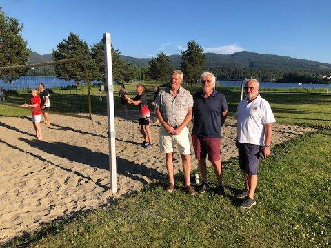 LAGT TIL RETTE: Nå er forholdene lagt til rette for dem som ønsker å prøve seg på volleyball.  Fra venstre Henning Pettersen, Jan Erik Larsen, Øyvind Moe fra Jevnaker Lions.