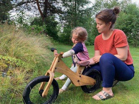 LEI SEG: Tre år gamle Ellinor og moren Emily Moren Dahl fant balansesykkelen ødelagt utenfor Tyristrand skole. Foto: Privat
