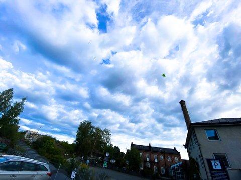 FARGERIKT: De som er i nærheten av fossen, bybrua eller Arnemannsveien 3 torsdag morgen kan ikke unngå å se at det er mange ballonger i luftra.
