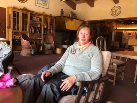 Sissel Maria Flatseth er lykkelig over å ha fått god hjelp til å komme ned fra Galdhøpiggen.