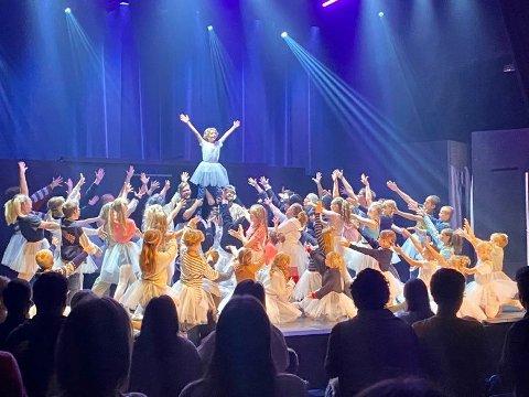 SOLID: Musikalkollektivet med en imponerende oppsetning av Billy Elliot i Ringerikes kultursenter. Her fra avslutningsnummeret.