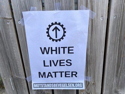 PLAKAT: Denne plakaten møtte OAs tipser mandag morgen. Det er den såkalte nordiske motstandsbevegelsen som står bak.