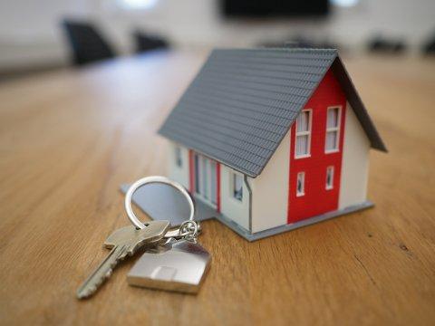 BOLIGSALG: Det ble solgt klart flere boliger i Ringerike, Hole og Jevnaker enn året før. I hele landet har det vært en salgsøkning på 15 prosent, men her lokalt har den vært enda større. (Illustrasjonsfoto)