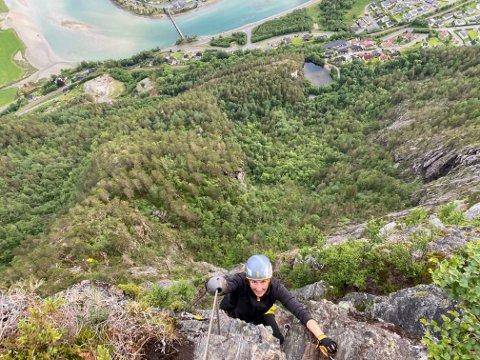 IKKE SKVETTEN: Sandra Bruflot liker å utfordre seg selv, drive med sport og være ute i naturen. Her kombinerer hun alle deler med klatring.