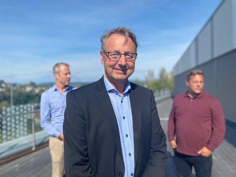MØTES FAST PÅ CAMPUS RINGERIKE: Joar Løhre er daglig leder i ECIT Solutions AS på Hønefoss, og medlem av IT-forum Ringerike. I bakgrunnen Knut Sælid, Kartverket (venstre) og Ole Wormdal, Tudu (høyre).