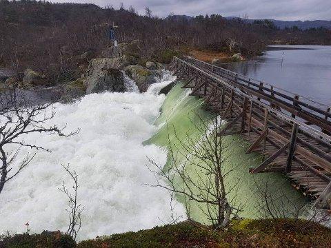 FLOM: Bildet er av Vågslidvatn bru i vinje, som nå er stengt på grunn av flom som følge av nedbør og snøsmelting i fjellet.