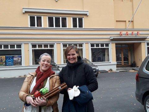 MARKED: -Ta med deg det du vil selge eller bytte, oppfordrer Åshild Langeland og Hilde S. Widvey. Torsdag ettermiddag inviterer de til Barnas marked på Rjukanhuset. Da er det bare å gå over garderobeskapet.