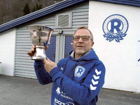 UBRUKT: Sam Eydes vandrepokal fra 1940 ble aldri delt ut. Nå vil Einar Rist og hovedstyret i Rjukan IL stille den ut på Rjukanbadet.