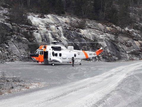 SEA KING: Et helikopter av typen  Westland Sea King med mannskap venter på klarsignal til å bistå under øvelsen. Krokan søndag formiddag.