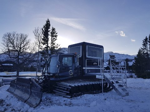 PØLSEKIOSK PÅ BELTER: Ta en pølsekiosk og fjern hjula. Monter bygget oppå en gammel løypemaskin, og vips så har du en «food truck» Foto: Gro Rånman, Gausta.