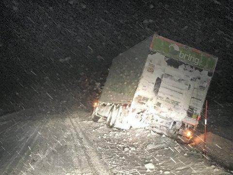 I BRØYTEKANTEN: Det er glatt på Fv37. Denne lastebilsjåføren mistet kontrollen og havnet i grøfta.