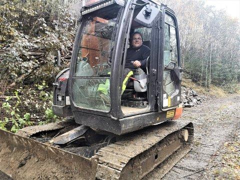 ANLEGG: Torbjørn Olesrud i Skårberg Maskin AS er i ferd med å lage en ny gang- og atv vei i nedre del av Såheimslia. (foto Torfinn Skåttet)