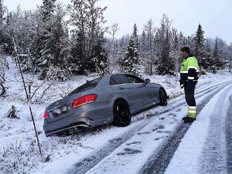 I grøfta: Bilister på vei over Råen er sjanseløse  på sommerdekk.