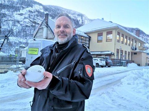 RØYKVARLSERDAGEN: Brannsjef Ken Drager håper alle i Tinn nå har fungerende brannvarslere. Desember og januar er høytid for husbranner i Tinn.
