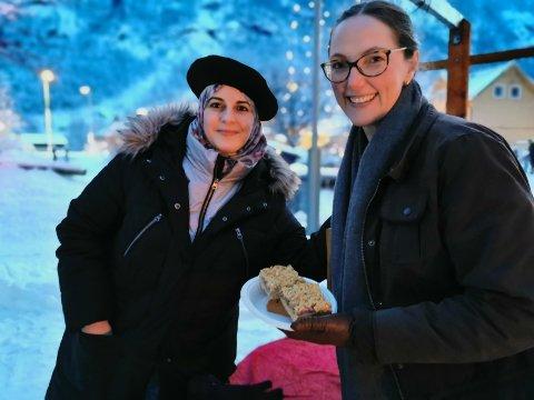 KJØPER KAKE: Marianne Singsås fra Rjukan kjøper kake av Maha Al Dandan.