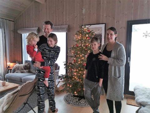 SVORSK JUL: Denne svenske familien skal feire jul i hytta på Gausta vest. Bak står pappa Christian Sørqvist, lille Henry sitter på armen til storesøster Signe, men Arvid og Hanne Aarsheim står til høyre.