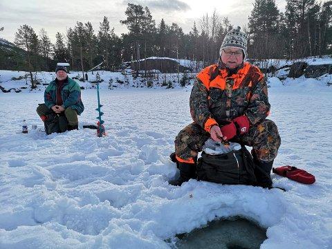 ISFISKE: Glenn Furuvald og Harald Larsen slappet av på Sandvatn med pilkestikkene sine. Målet var Tinnsjøen, men der var det ikke is. Det nest beste alternativet var Sandvatn.