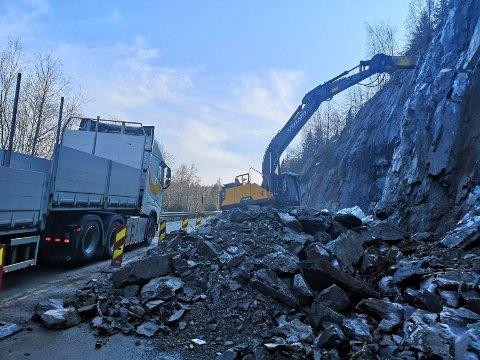 PIGGING: Løst fjell pigges ned på rasstedet mellom Busnes og Rudsgrend. (foto Torfinn Skåttet)
