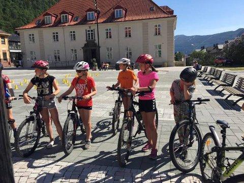 "SYKKEL: Lørdag er det distriktfinale i ""Sikker på sykkel""  på Rjukan Torg. NAF i Tinn er arrangør. Bilde fra fjorårets arrangement."