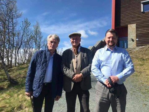 BESØK: Ukrainas tidligere president Viktor Jusjtsjenko (tv) besøkte Hardangervidda Nasjonalparksenter på Skinnarbu søndag. I midten Per Lykke - daglig leder ved senteret. Til høyre Ukrainas ambassadør i Oslo - Viacheslav Yatsiuk.