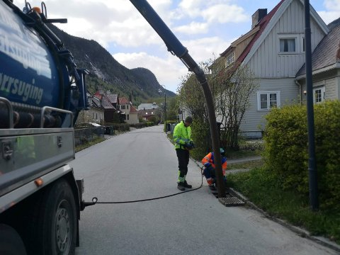 Sluk renses for sand og grus på Rjukan . Tirsdag ble det jobbet  i Birkelandsgate.