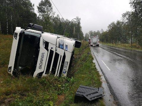 SMAL VEI: Mange lastebiler har kjørt i grøfta på den seks kilometer lange strekningen fra Miland til Dale - som denne bilene med betongelementer i august 2019. Nå har Tinn kommune mistet tålmodigheten. Krever utbedring.