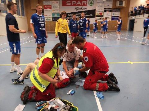 SMELL: Magne Zcimarzceck måtte ned for telling da kampen mot DHK ble blåst av. En smell i hodet og noen sting ble resultatet. Sånn kan det gå når du gir alt for lagkameratene dine og Rjukan.