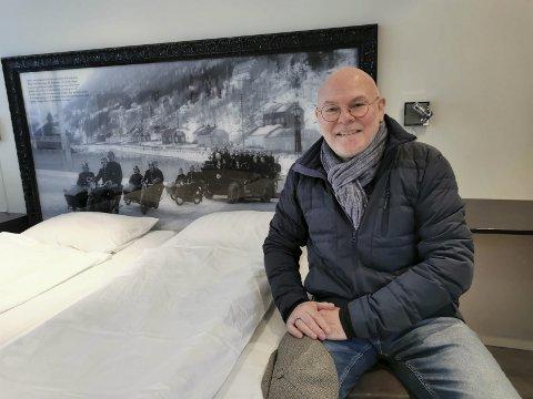 SENGEGAVL: Knut Erik Jacobsen har fått laget sengegavler med historiske bilder fra Rjukan.