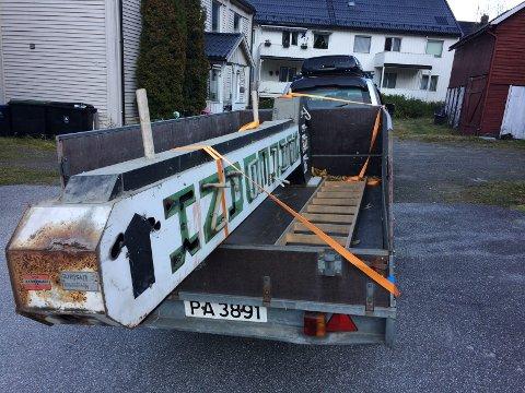 REDDET: Bjørn Iversen har bilder fra da han reddet Tinn Sparebanks store neonskilt fra dynga. Han har tatt vare å det og håper det kan bli restaurert og komme til heder og verdighet igjen.
