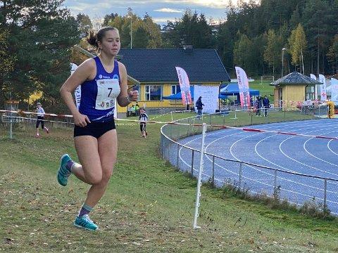 FØRSTEREIS: Sarah Marie Samuelsen gjorde en flott figur i junior-NM-debuten i terrengløp. Hun løp inn til en bra tid og sjetteplass.