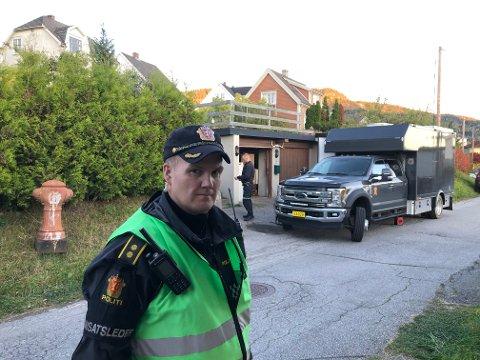 BOMBEGRUPPER: Forsvarets bombegruppe er på plass for å undersøke store mengder våpen og ammunisjon som er funnet på en privatadresse på Notodden.