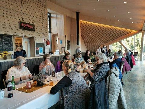 LANGBORD: Rundt 25 damer benket seg rundt langbordet på Krosso Fjellstue med pinner og garn.