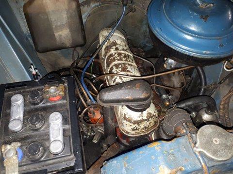 MOTORROMMET: - Bilen har klart seg utrolig bra. Det er ikke rust, men litt småbulker og slikt etter et langt liv. Men det er jo litt av sjarmen med en sånn bil, mener Jostein.