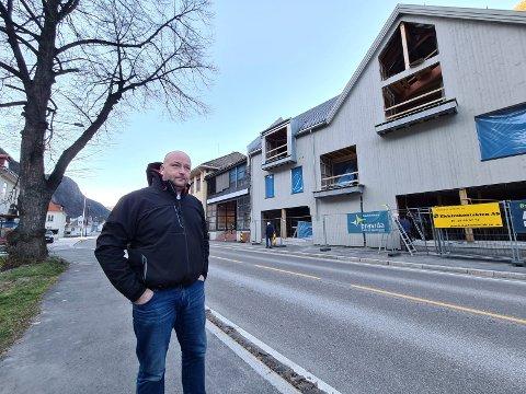 FORESLÅR NYTT TILBUD: Utbygger Roger Snersrud vurderer å innrede et servicerom for turister og tilreisende i de nye lokalene på gateplan.  - I byen her er det mange tomme butikk- og forretningslokaler, så da mener jeg det er feil å innrede enda et slikt lokale, som jeg ikke får leid ut, sier Snersrud som nå bygger opp Sam Eydesgate 95.
