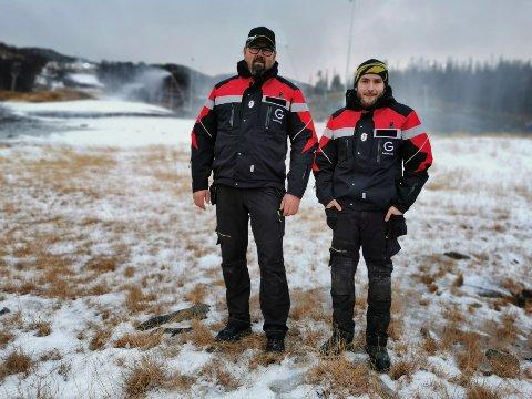 HOVDESTAUL: Snø- og preppeansvarlig er Håvard Tverberg (t. h.), og her er snøkanonene satt igang for bildets skyld. Bjørn Tverberg er daglig leder på Gausta skisenter.