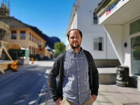 KJØRER PÅ: Nå som våren er i anmarsj, beveger Tinn kommune seg videre med vaksinering. Nå er det de mellom 65 og 74 år som får sine første vaksinedoser, ifølge kommuneoverlege Sjur W. Ohren. Vaksineleveransene øker i takt med temperaturen.