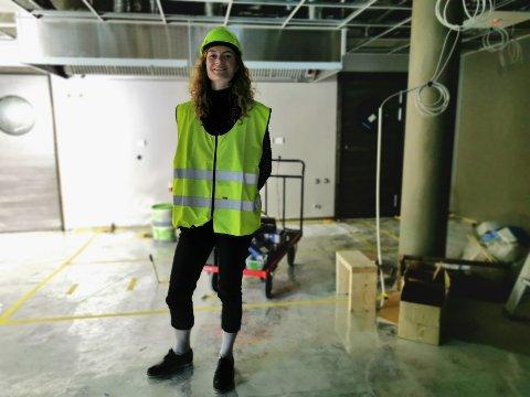 BAR: Til høyre for Mathilde Stølan skal baren være. Døren bak leder inn til avdelingen for grovkjøkken, fryserom og kjølerom.