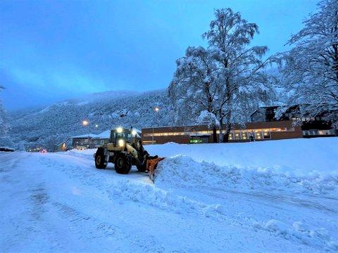 Onsdag morgen  var det stor brøyteaktivitet i Rjukan sentrum (foto Patrick Hansen )