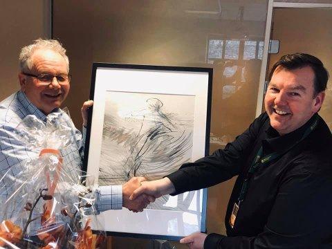 TAKKE AV: Hans Olav Felix ble idag takket av etter hele åtte år som NIA-styreleder, av daglig leder Runatr Lia.