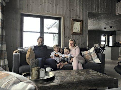 VED GODT MOT: Kim Fredrik  (40), Ebba (5), Felix (2) og Anna Fekjær Kristensen (33) er satt i karantene på hytta i fjellet i Gaustaområdet.